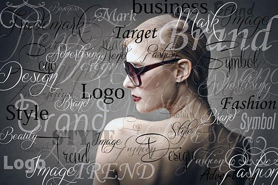 Corporate Identity Content Bild - Frau mit vielen Schriften