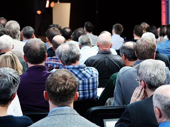 Eventmarketing Content Bild - Versammlung Redner Publikum