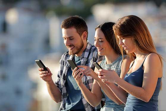 Guerilla-Marketing Content Bild - Junge Leute mit Smartphone