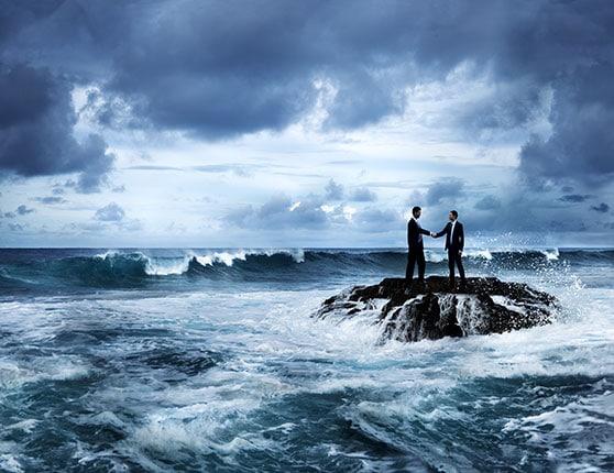 Krisenkommunikation – Risikomanagement Contentbild - zwei Männer auf stürmischer Insel