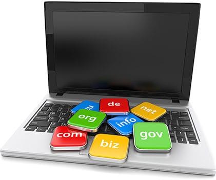 Onlineshop Content Bild - Laptop mit Domain Schildern