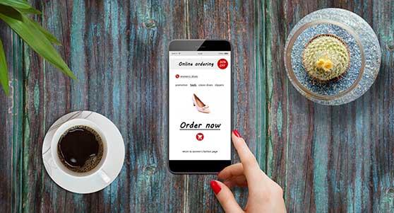Onlineshop Content Bild - Smartphone mit bunten Hintergrund und Olineshop
