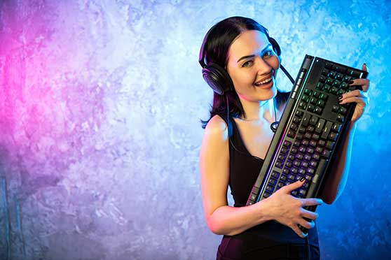 Product Placement Content Bild - Gamer Girl Werbung für Tastatur