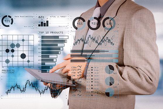 Sponsoring Content Bild - Mann bei der Analyse und Umsetzung