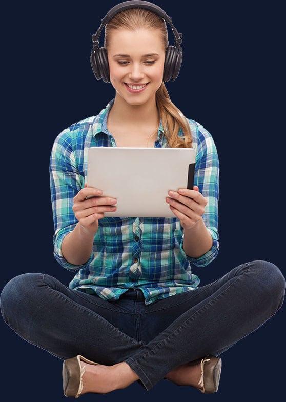 Sponsoring Content Bild - Junge Frau mit Tablet