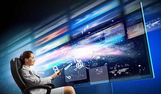 Zweckgebundene Filme Content Bild - junge Frau im Sessel und TV
