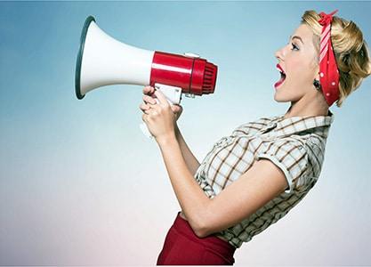 Team Werbung vs. Hirn - Blog - Content Bild - Frau mit Megaphone