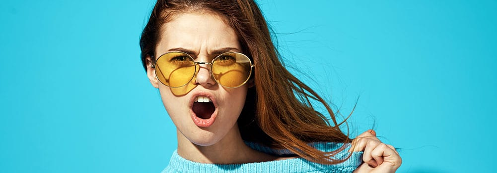 Lockangebote oder Ehrlichkeit in der Corona-Krise - Titlebild - Frau mit Sonnenbrille und Pullover