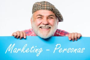 Blog - Marketing-Personas - Beitragsbild - Mann mit blauem Schild