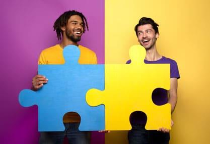Blog - Marketing-Personas - Contentbild - Zwei Männer mit Puzzelteilen