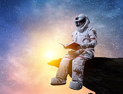 Blog - Veränderungen Beste Leistungen zu guten Preisen - Content Bild - Astronaut ließt im Weltall ein Buch