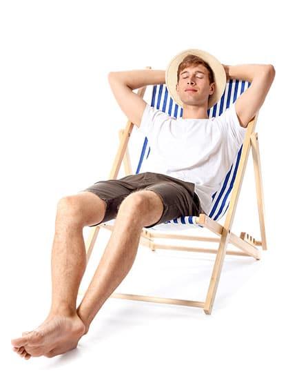 Warum eine Werbeagentur - Contentbild - junger Mann im Liegestuhl